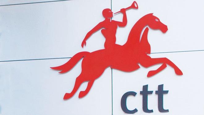 Cavaleiro montado num cavalo, tocando uma trombeta, a vermelho, com as letras CTT por baixo, a preto