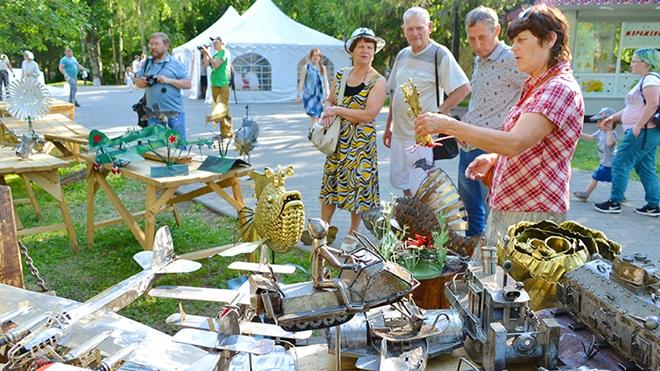 pessoas numa feira a comprar objetos usados
