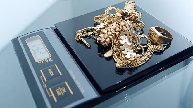 Balança com peças de ouro