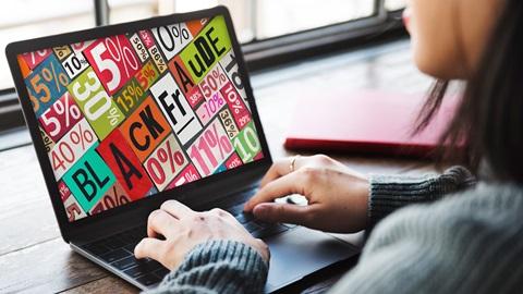 Mulher utiliza computador para comparar preços da Black Friday na ferramenta da DECO PROTESTE
