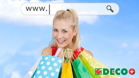 Mulher a segurar sacos de compras que fez online com o cartão DECO+