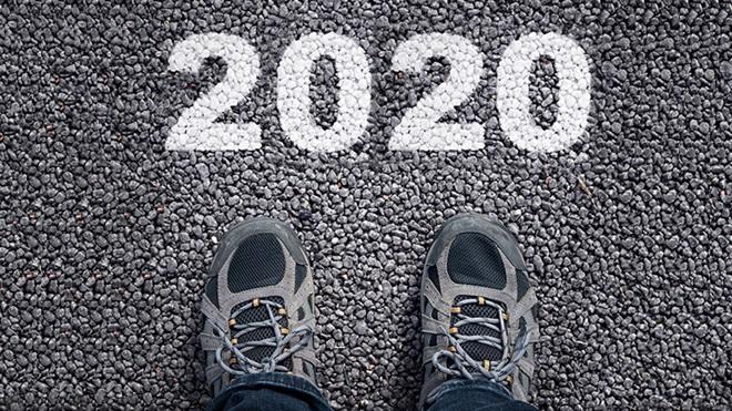 pés no asfalto com 2020 na estrada