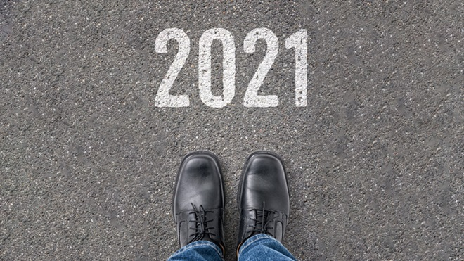 pés com sapatos a entrar em 2021