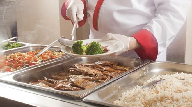 comida a ser servida numa cantina
