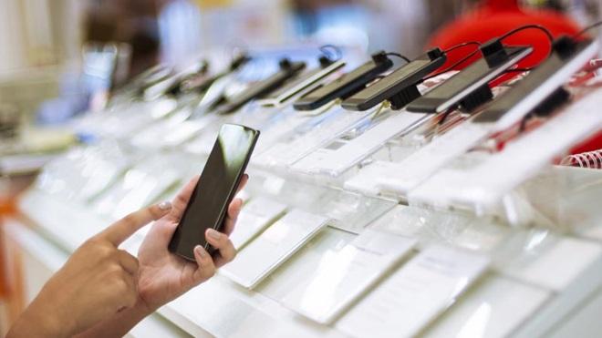 consumidor numa loja a ver telemóveis