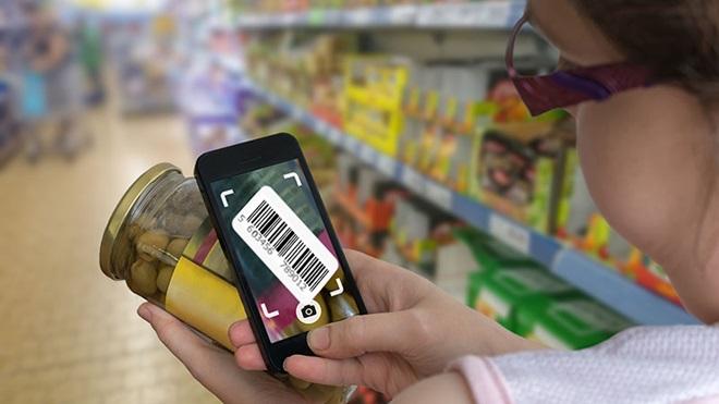 Pessoa a ler o código de barras de um produto