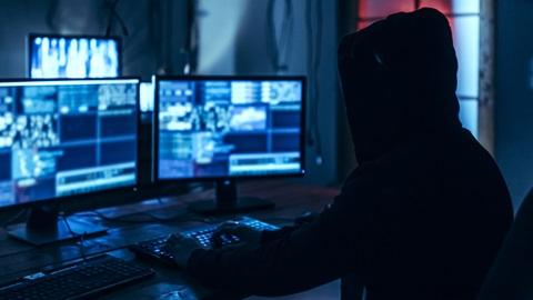 hacker em operação de phishing e pharming
