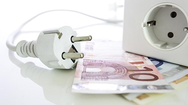 dinheiro perto de uma tomada