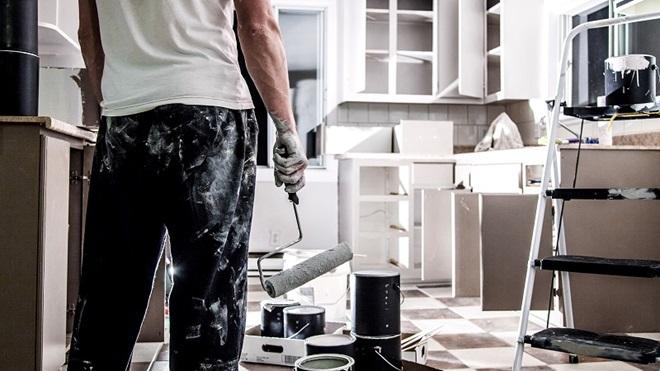 homem a fazer obras em casa