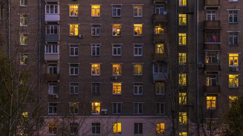 prédio com vários apartamentos cuja luz está acesa