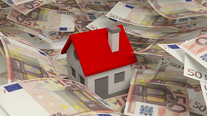 casa em formato de brinquedo, rodeada por notas de 50 euros