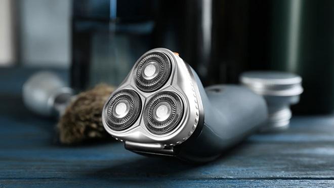 maquina barbear em cima da bancada com escova da barba ao fundo