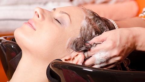 mulher a lavar o cabelo