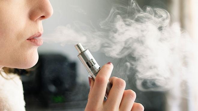 mulher a fumar cigarro eletrónico