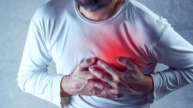 pessoa com dor no peito por causa de ataque cardíaco