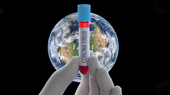 mão segura frasco de laboratório com a palavra coronavírus com o globo terrestre ao fundo