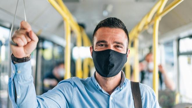 homem com máscara comunitária reutilizável no autocarro