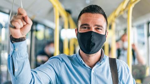 homem de máscara dentro do autocarro