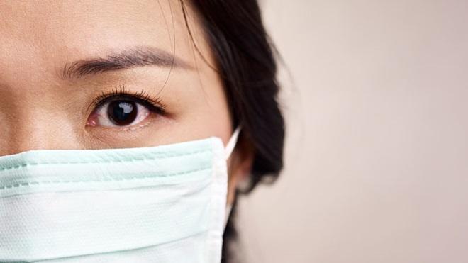 rapariga asiática com máscara a proteger de vírus