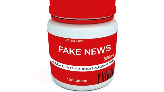 frasco de medicamentos com rótulo a indicar fake news