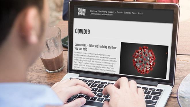 homem ao computador a investigar sobre covid-19