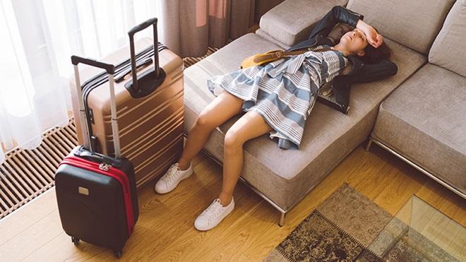 rapariga deitada num sofá de quarto de hotel