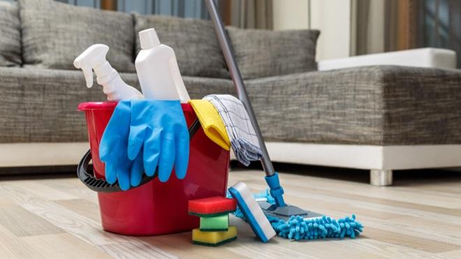 luvas e produtos de limpeza para a casa