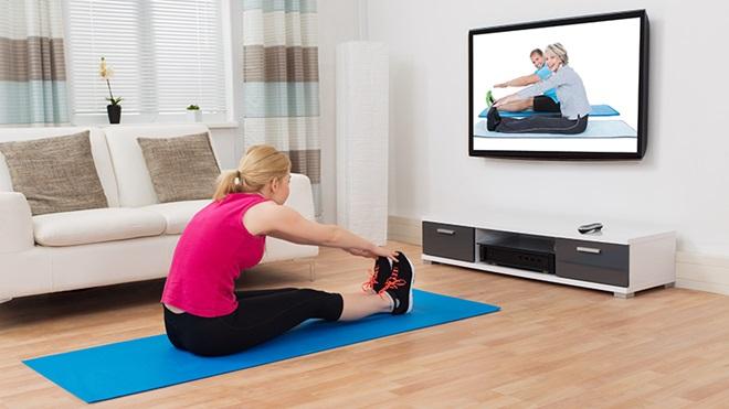 mulher a fazer exercício em casa