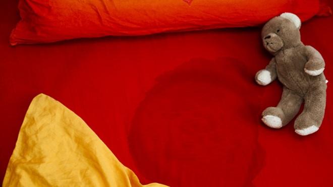 mancha de chichi na cama de uma criança