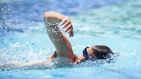 homem a praticar natação