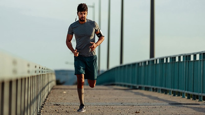 Homem a fazer jogging sozinho