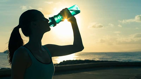 Atleta a beber água