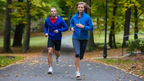 homem e mulher a fazer exercício no parque