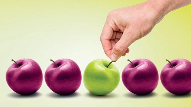 Cartaz da campanha saúde com seguro: uma mão a retirar uma maçã verde de um conjunto de quatro maçãs vermelhas