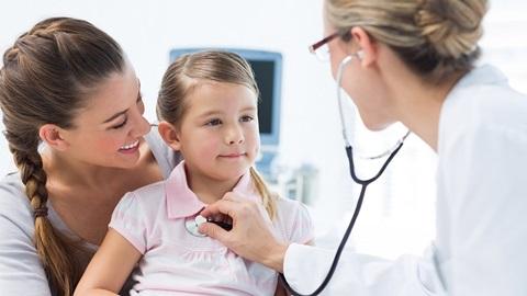 criança em consulta com o médico de família no centro de saúde