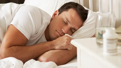 A melatonina é uma hormona que o corpo produz, podendo também ser administrada por via oral para combater perturbações do sono e jet lag.
