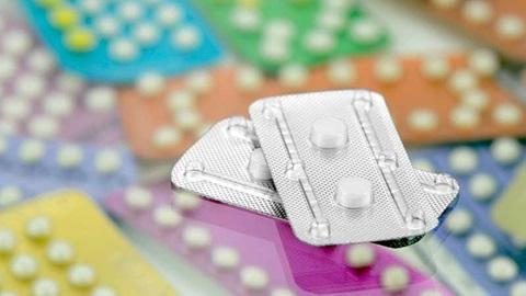 Imagem com vários blisters coloridos de pílulas anticoncecionais e pílulas do dia seguinte
