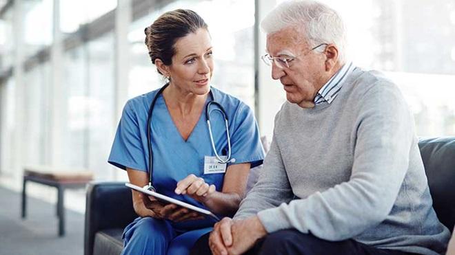 médica a conversar com doente