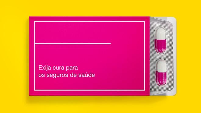 """Caixa de comprimidos com a reivindicação """"Exija cura para os seguros de saúde"""""""