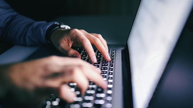 homem a escrever no computador portátil