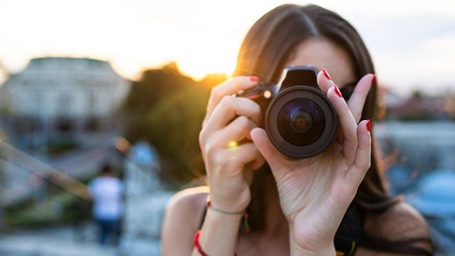 Mulher a tirar fotografias.