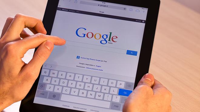 pessoa a usar um tablet para fazer pesquisas no Google