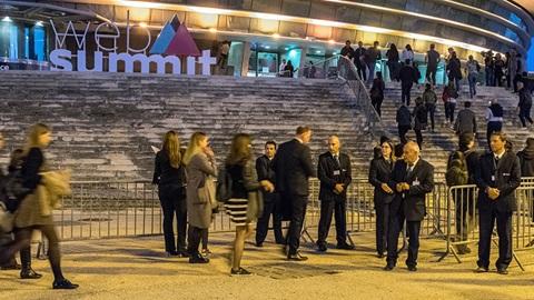 pessoas à porta da Altice arena para a Web Summit em Lisboa
