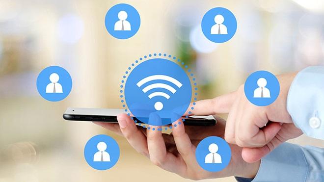 Homem a segurar um tablet enquanto navega na net através de wi-fi público