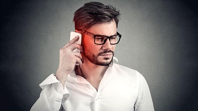 Homem a falar ao telemóvel