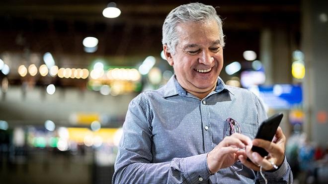homem com mais de 65 anos a usar smartphone