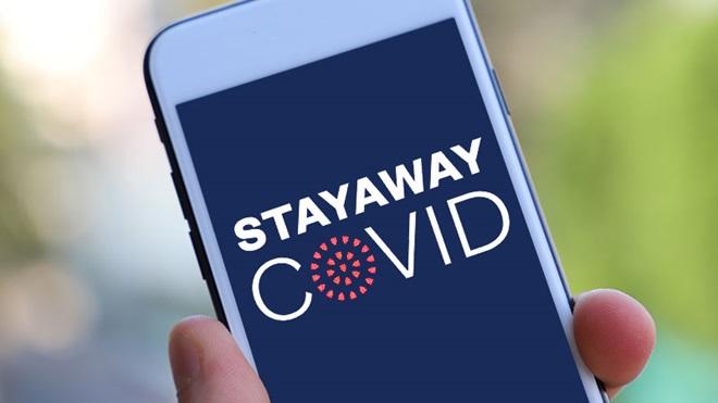 Telemóvel com as palavras Stayaway e covid escritas no ecrã