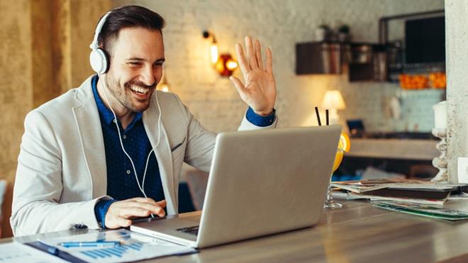 homem ao computador a falar através de videoconferência