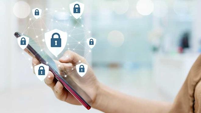 Mão a segurar smartphone com imagens de cadeados em cima.