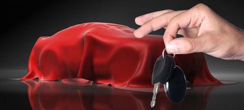 Imagem de uma mão a segurar uma chave de um carro, tapado por um manto vermelho porque é uma oferta num sorteio da fatura da sorte